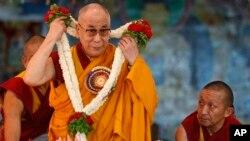 티베트의 정신적 지도자 달라이 라마가 6일 티베트 불라꾸피에서 열린 그의 78번째 생일을 축하하는 행사에 참석했다.