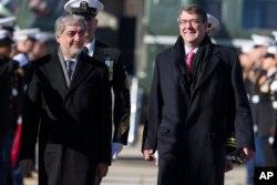 Tổng Quản Trị Viên Abdullah Abdullah và Bộ trưởng Quốc phòng Mỹ Ashton Carter tại Trại David.