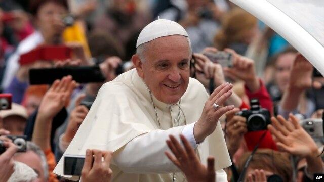 Đức Giáo Hoàng Phanxicô vẫy chào trên đường đến Quảng trường Thánh Phêrô tại Vatican để phong thánh cho hai vị tiền nhiệm là Giáo hoàng Gioan 23 và Gioan Phao lồ Đệ nhị, ngày 27/4/2014.