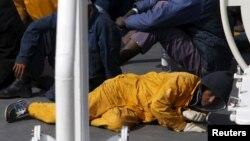 躺在一艘意大利海巡船上的幸存船民。(2015年4月20日)