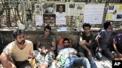 Iranian refugees sit at the site of a hunger strike to demand that Greek authorities process the asylum applications of Iranian immigrants in the country,outside the UN refugee agency's offices in Athens (File Photo - 19 Aug 2010)