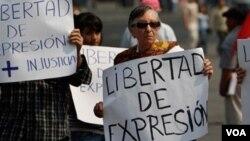 Warga Meksiko memrotes pembunuhan jurnalis dengan meneriakkan slogan kebebasan berekspresi (foto: dok).