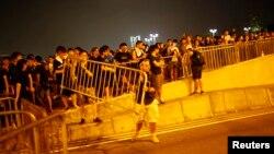 Người biểu tình cố ngăn con đường dẫn tới văn phòng của Trưởng quan Hành chánh Lương Chấn Anh tại Hồng Kông, ngày 2/10/2014.