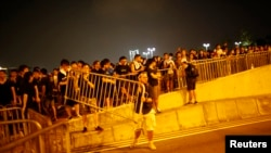 2014年10月2日,香港抗议者试图封堵通往香港特首办公室的道路。