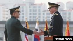 커티스 스캐퍼로티 미한연합사령관(오른쪽)과 이순진 합참의장이 25일 서울 국방부 합참 대연병장에서 열린 미한연합사령관 환송 의장행사에서 악수하고 있다.