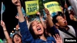 台湾民众在街上举行集会支持自己支持的参选人,台湾将于11月24日举行九合一选举