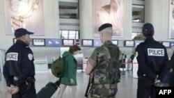 Binh sĩ và cảnh sát giữ an ninh tại sân bay ở Nice, Pháp. Nhân viên an ninh vẫn còn cảnh giác sau khi trùm khủng bố bin Laden bị hạ sát