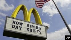 """美国俄亥俄州一家麦当劳餐厅旁有美国国旗,餐厅的招牌上写着""""现在雇人,白天上班""""。"""