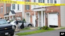 Penyelidik AS mengumpulkan barang bukti di rumah Nicholas Young, polisi kereta api AS di Fairfax, Virginia, Rabu (3/8).