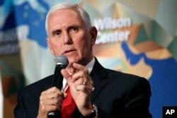 마이크 펜스 미국 부통령이 24일 워싱턴 DC에 위치한 윌슨 센터에서 미중 관계에 대해 연설하고 있다.