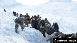 افغانستان کې له تیرو دریو ورځو راهیسې د زورورې واورې وریدو له امله ۵۴کسه وژل شوي.
