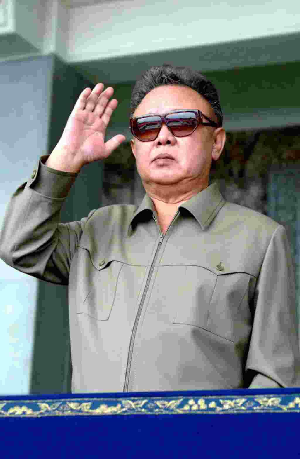 Pemimpin Korea Utara Kim Jong Il dalam sebuah parade militer merayakan HUT Korea Utara ke-63, 9 September 2011 (foto: AFP).