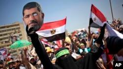 ພວກສະໜັບສະໜຸນ ປະທານາທິບໍດີທີ່ຖືກໂຄ່ນລົ້ມຂອງອິຈິບ ທ່ານ Mohammed Morsi ພາກັນໃສ່ຜ້າໝັດຫົວ ທີ່ຂຽນເປັນ ພາສາອາຣັບວ່າ ຈົ່ງປົດທ່ານ Sisi ພາກັນໂຮມຊຸມນຸມ ປະທ້ວງທີ່ຄຸ້ມ Nasr ໃນນະຄອນຫຼວງໄຄໂຣ (26 ກໍລະກົດ 2013)