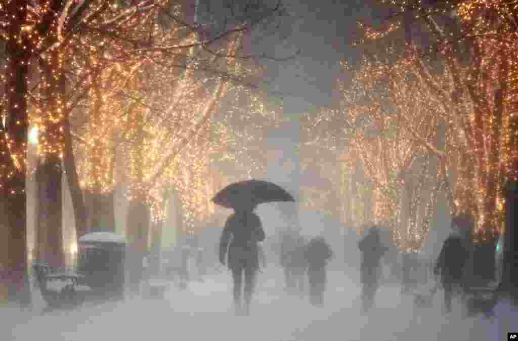 ریاست میساچوسٹس کے شہر بوسٹن میں بھی شدید برف باری کے باعث آمدورفت معطل ہو کر رہ گئی ہے۔