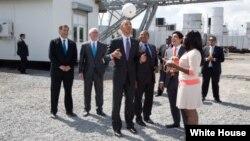 2013年7月2日奥巴马总统在坦桑尼亚达累斯萨拉姆一家电厂玩一个插座足球