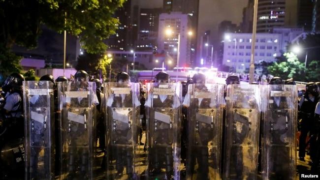 2019年7月2日在抗议者冲进香港立法会后,香港防暴警察对立法会外街道进行清场行动。