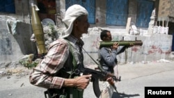 Anggota Komite Pertahanan Populer mengambil posisi dalam bentrokan dengan pemberontak Houthi di kota Taiz, Yaman barat daya (21/4).