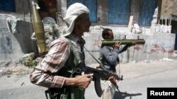 ສະມາຊິກຄົນນຶ່ງ ຄະນະກຳມະການຕໍ່ຕ້ານຂອງມະຫາຊົນ ໃນຂະນະທີ່ປະທະກັນ ກັບພວກນັກລົບ Houthi.
