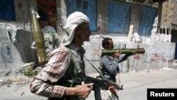 忠于哈迪总统的也门武装抵抗胡塞武装进攻。