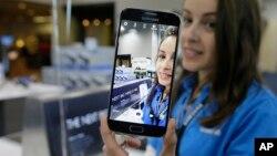 Si la tendencia persiste, los márgenes de negocio móvil de Samsung podrían comprimirse aún más, y la única manera de compensarlo es acelerar el volumen de ventas.