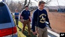 9일 칼부림 사건이 발생한 미국 피츠버그시 인근 프랭클린 리저널 고등학교에서, 학생들이 대피하고 있다.