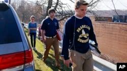 匹兹堡穆雷斯维尔地区高中的学生在案件发生后离开校园