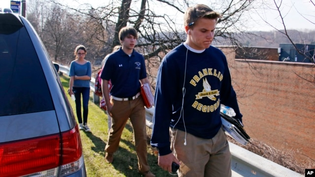 Students leave the campus of the Franklin Regional School District after more then a dozen students were stabbed by a knife-wielding suspect at nearby Franklin Regional High School in Murrysville, Pennsylvania, near Pittsburgh, April 9, 2014.