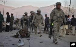 Une patrouille américaine près de Kaboul, sur les lieux d'un attentat à la voiture piégée