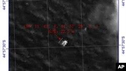 중국이 지난 18일 촬영한 위성사진에 실종 여객기 잔해로 추정되는 물체가 보인다.
