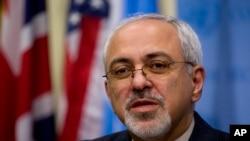 Menlu Iran Mohammad Javad Zarif saat memberikan keterangan kepada media seusai pertemuan dengan lima negara anggota tetap Dewan Keamanan PBB dan Jerman di kantor PBB, New York, 26 September 2013 (Foto: dok).