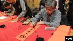 台湾书学会理事长龚朝阳 (美国之音申华拍摄)