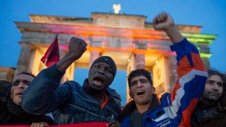 Berlin'de Brandenburg kapısı önünde gösteri düzenleyen sığınmacılar