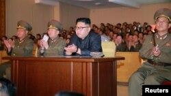El líder norcoreano, Kim Jong Un, inspeccionó el comando de fuerza estratégica del Ejército en un lugar no especificado en Corea del Norte en esta foto sin fecha divulgada por la agencia de noticias norcoreana el martes, 15 de agosto de 2017.
