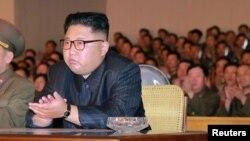 Le leader nord-coréen Kim Jong-Un lors d'une rencontre avec le commandement stratégique des Forces armées du peuple coréen (KPA) dans un lieu non-indiqué, en Corée du Nord, 15 août 2017.