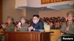 មេដឹកនាំកូរ៉េខាងជើងពិនិត្យមើលកងកម្លាំងរបស់កូរ៉េខាងជើង នៅក្នុងរូបភាពដែលចេញផ្សាយដោយភ្នាក់ងារសារព័ត៌មាន Korean Central News Agency របស់កូរ៉េខាងជើង កាលពីថ្ងៃទី១៥ ខែសីហា ឆ្នាំ២០១៧។