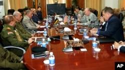 Orgeneral Dempsey, Irak Savunma Bakanlığı'nda, Savunma Bakanı Halit el Ubeydi'yle