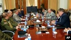 美軍參謀長聯席會議主席鄧普西將軍(右三) 與伊拉克國防部長奧貝迪 (左三) 在巴格達會晤