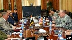 Le ministre irakien de la Défense, Khaled al-Obeidi, (à g.) et le général Martin Dempsey (à dr.) à Bagdad le samedi 15 novembre 2014