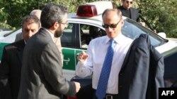 Thư ký Hội đồng An ninh Quốc gia Nga Nikolai Patrushev (phải) được chào đón bởi một giới chức Iran tại Tehran, ngày 15/8/2011