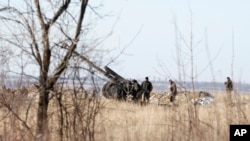 Unit artileri Ukraina di luar desa Luhanske, sekitar 20 kilometer dari utara Debaltseve, Ukraina (17/2). (AP/Petr David Josek)