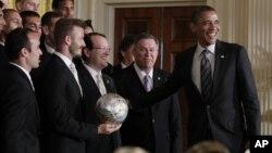 Landon Donovan y David Beckham, junto a sus compañeros, técnicos y directivos del LA Galaxy, fueron saludados por Obama.