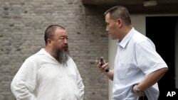 2012年6月20日浦志强律师(右)和他的当事人、艺术家艾未未交谈。