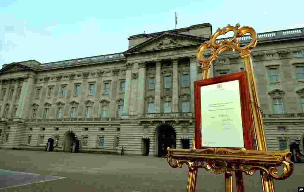 An easel in the forecourt of Buckingham Palace carries an official document to announce the birth of a baby boy, at 4:24pm to the Duke and Duchess of Cambridge at St. Mary's Hospital, July 22, 2013.