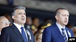 Turkiya prezidenti Abdulla Gul (chapda) va Bosh vaziri Rajab Toyyib Erdog'an