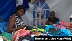 Ces deux jeunes camerounaises ont crée une petite entreprise de babouches tricotées, le 11 février 2019. (VOA/Emmanuel Jules Ntap)
