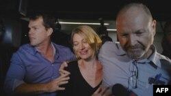 Nhà báo Tara Brown (giữa) và nhà sản xuất Stephen Rice (phải) về đến phi trường Sydney ngày 21/4/2016, sau khi được bảo lãnh tại ngoại khỏi nhà tù ở Beruit.