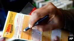 Seorang pelanggan memilih angka untuk tiket lotere Mega Millions di sebuah toko. Chicago, Illinois, AS. (foto: AP Photo/Nam Y. Huh)