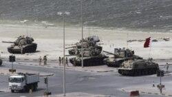 پادشاه بحرين روز دوشنبه با ورود يک نيروی امنيتی عربستان سعودی و امارات متحده عربی برای مهار کردن اعتراض های يک ماهه اکثريت شيعه عليه حکومت اقليت سنی بحرين موافقت کرد