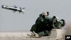 Американские морские пехотинцы производят выстрел из переносного ракетного комплекса Javelin. Ирак (архивное фото)