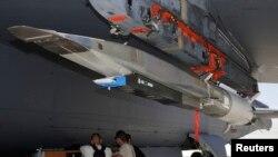 Гиперзвуковая ракета Экс-51 (Hypersonic vehicle X-51) под крылом бомбардировщика Б-52. Авиабаза Эдвардс, штат Калифорния. 3 мая 2013 г.
